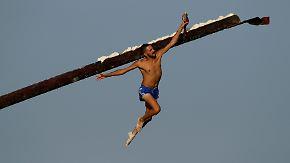 Traditionelles Spiel auf Malta: Balkenläufer sprinten über fettige Holzrampe