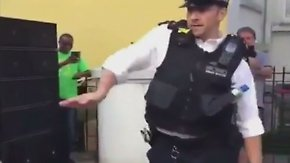 Kaum zu glauben, aber wahr: Polizist legt bei Karneval Tanzeinlage hin