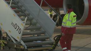Umleitung wegen Bombenentschärfung: Fluggäste warten am geschlossenen BER verzweifelt auf Treppen