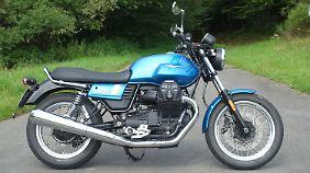 77 Zentimeter Sitzhöhe lassen auch kleine Biker auf der Moto Guzzi V7 III gut sitzen.