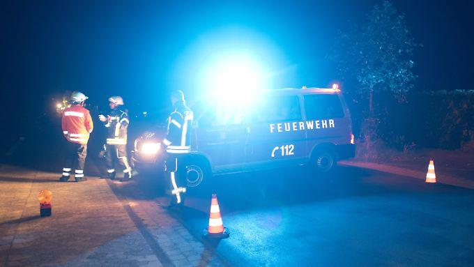 Unklare Gefahrenlage: Feuerwehrkräfte sperren den Einsatzort in Schwülper ab.