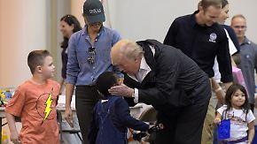 """Noch keine Entwarnung nach """"Harvey"""": Trump tröstet Hochwasseropfer in Houston"""