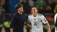 Perfekte DFB-Harmoniesuppe: Özil zuckert, Müller lächelt, Hector schlumpft