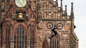 Hoch hinaus und schwindlig gedreht: Stuntbiker fliegen durch Nürnbergs Innenstadt