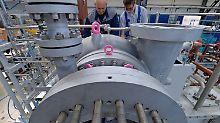Mitarbeiter der Siemens Turbomachinery Equipment GmbH in Leipzig arbeiten in der Endmontage an einem Verdichter.