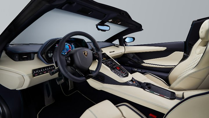 Der Innenraum des Aventador vereint feine Materialien mit modernster Infotainmenttechnik.