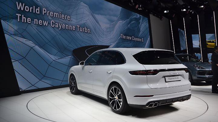 Den Schriftzug am Heck des Porsche Cayenne Turbo dürfen alle lesen, an denen das SUV mit 286 km/h vorbeisaust.