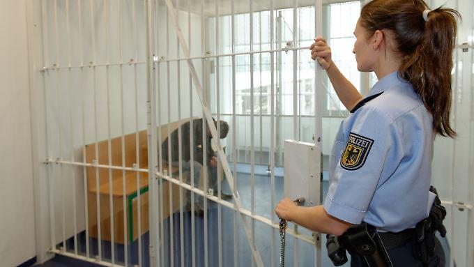 Beinahe täglich nimmt die Bundespolizei mit Haftbefehl gesuchte Personen fest. Manche müssen ins Gefängnis, andere können die Geldstrafe vor Ort bezahlen.