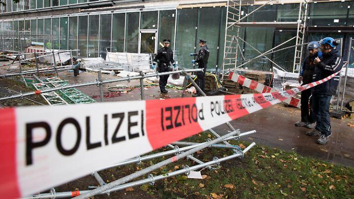 Lebensgefahr durch herabfallende Gerüstteile: In der Hamburger Innenstadt sichern Polizeibeamte die Unglücksstelle.