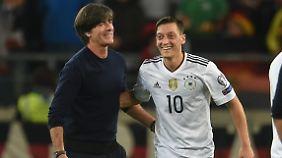 Über die Führung freuen sich bestimmt auch Joachim Löw und Mesut Özil.