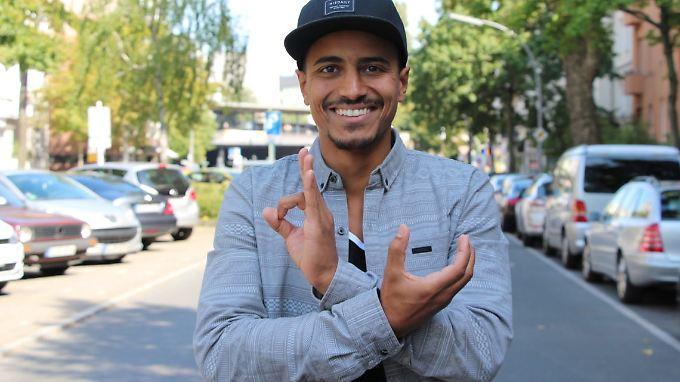"""Ganz in Hip-Hop-Manier zeigt Bundesvorstand Raphael Hillebrand, für welche Partei er am 24. September antritt: """"Die Urbane""""."""