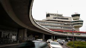 Streit um Flughafen Tegel: Parteien schieben sich gegenseitig Schwarzen Peter zu