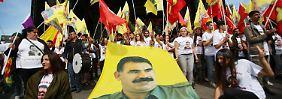 Tausende demonstrierten in Köln für die Freilassung des Kurdenführers Öcalan.