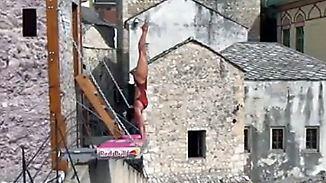 Historisches Ambiente, tolle Sprünge: Klippenspringer zeigen in Mostar ihr ganzes Können
