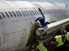 Deutsche Lufthansa-Techniker bauen das Flugzeug in Fortaleza auseinander.