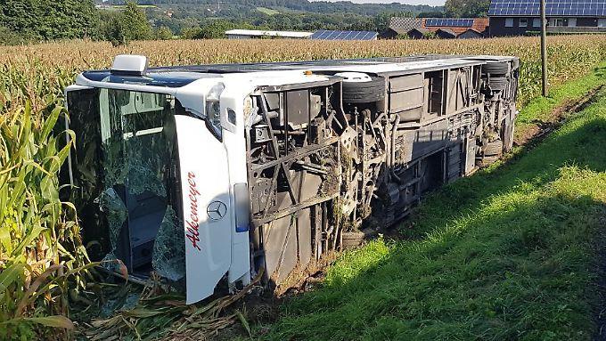 Der Bus war von der Fahrbahn abgekommen und kippte zur Seite.
