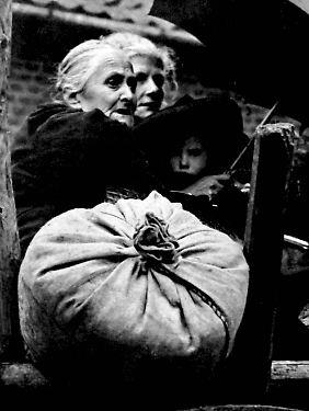 Hunger und Not: niederländische Frauen auf der Flucht vor dem Krieg, Kerkrade 1944.