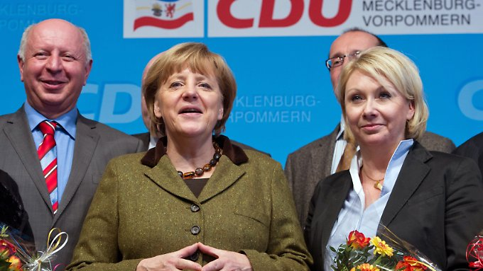 Karin Strenz 2013 bei einem Wahlkampfauftritt mit Angela Merkel in Grimmen.