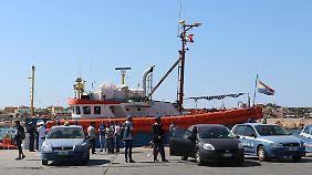 """Auf Lampedusa beschlagnahmen die italienischen Behörden die """"Iuventa""""."""