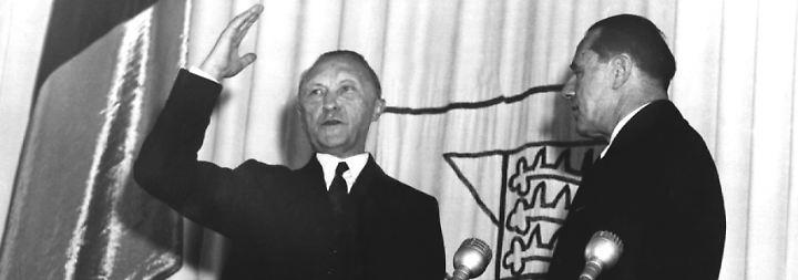 Konrad Adenauer wird am 20. September 1949 durch Bundestagspräsident Erich Köhler als erster Kanzler der Bundesrepublik Deutschland vereidigt.