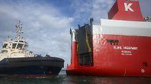 Einfahrt zur Themse versperrt: Greenpeace stoppt Fähre mit VW-Dieselautos