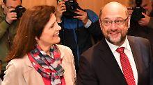 """Der Kanzlerkandidat erschien im dunklen Anzug mit weißem Hemd und roter Krawatte, der Farbe der SPD. Für die Fotografen musste Schulz vor der Urne posieren. """"Ich wähle auch zweimal"""", scherzte er."""