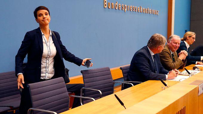 Petry geht, einfach so. Der Moderator der Bundespressekonferenz ist empört.