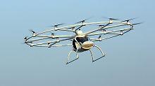 Das Lufttaxi kann eine halbe Stunde lang in der Luft bleiben.
