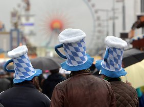 Südamerikanische Touristen mit den obligatorischen Bierhüten beim Oktoberfest in München.