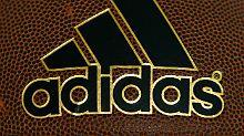 Ein Adidas-Manager soll US-Basketballspieler bestochen haben. Das Schmiergeld lief offenbar über die Firmen-Bücher.