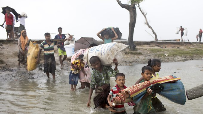 Rohingya fliehen mit Hab und Gut Richtung Bangladesch.