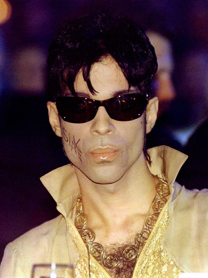 """Streit mit der Plattenfirma: Ab Mitte der 1990er-Jahre war Prince """"The Artist Formerly Known As Prince"""" und er schrieb sich """"Slave"""" auf die Wange."""