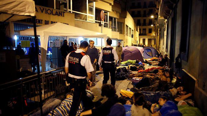 Eltern campieren vor einer Schule in Barcelona, die als Wahllokal dienen soll. Die Polizei greift bislang nicht ein.