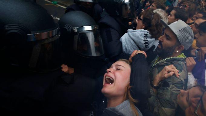 Unabhängigkeitsreferendum in Katalonien: Polizei geht gegen Wähler vor
