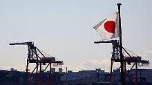 Am Tokioter Industriehafen.