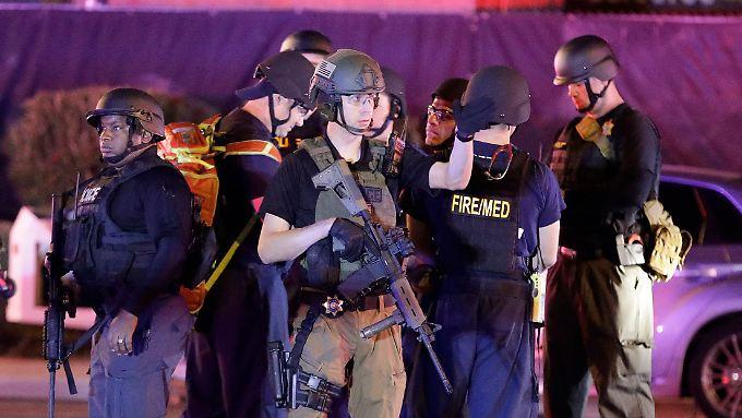 Bewaffnete Polizisten stehen in der Nähe des Tatorts in Las Vegas.