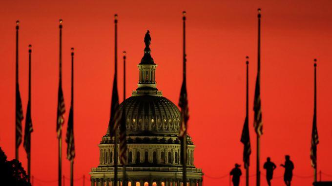 Vor dem Washingtoner Capitol hängen Flaggen wegen der Bluttat in Las Vegas auf Halbmast.