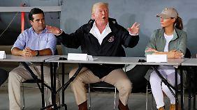 Trump mit Puerto Ricos Gouverneur Ricardo Rossello und First Lady Melania.