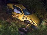 Tacho zeigt 300 Stundenkilometer: Porsche stürzt von Autobahn