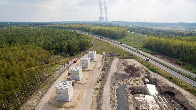 Mit rund 1300 Tonnen schweren Betontürmen testen Ingenieure die Tragfähigkeit des Baugrunds für die A72.