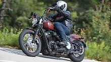 Nicht nur, dass die Harley Davidson Street Bob in einer neuen Baureihe aufgeht, sie hat sich auch stark verändert, ohne dabei ihre Wurzeln zu vergessen.
