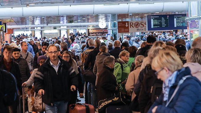 Seit Donnerstag sind die Bahnhöfe in der Region (hier der Hauptbahnhof in Hannover) überfüllt.