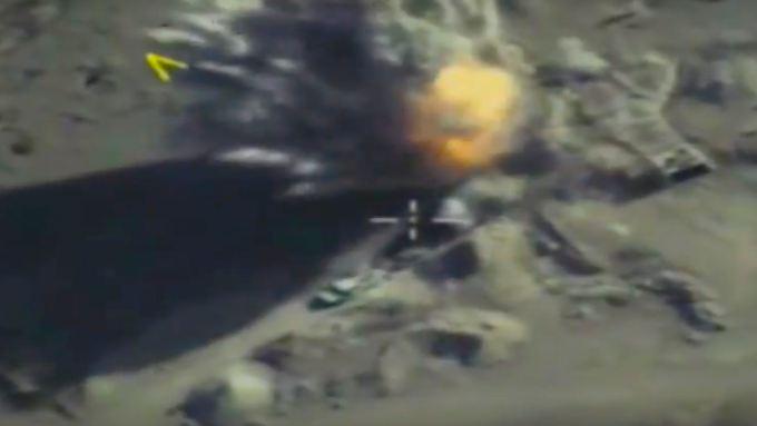 Ein Foto des Russischen Verteidigungsministeriums, das einen Angriff einen Posten in Idlib Ende September zeigt.