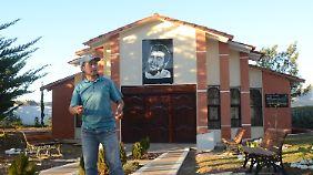 Touristenführer Gonzalo Flores Guzmán am Che-Guevara-Mausoleum.