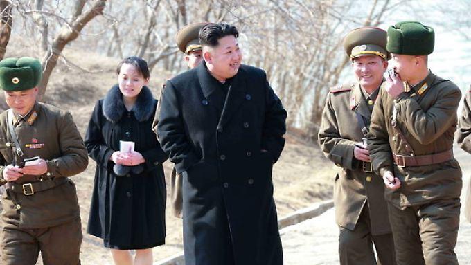 Fotos der Kim-Familie aus dem abgeriegelten Nordkorea sind äußerst selten. Diese Aufnahme zeigt Kim Jong Un und seine Schwester Kim Yo Jong bei einem gemeinsamen Rundgang durch eine Militäreinheit im Jahr 2015.