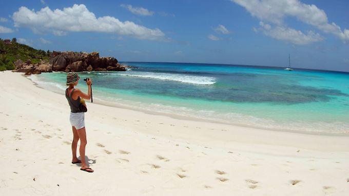 Strand der Seychellen: Ein Urlauber hat die Lungenpest aus Madagaskar in den Inselstaat Seychellen eingeschleppt.