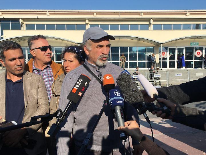 Ali Riza Tolu übernimmt vor dem Gerichtssaal die Medienarbeit für seine Tochter Mesale.