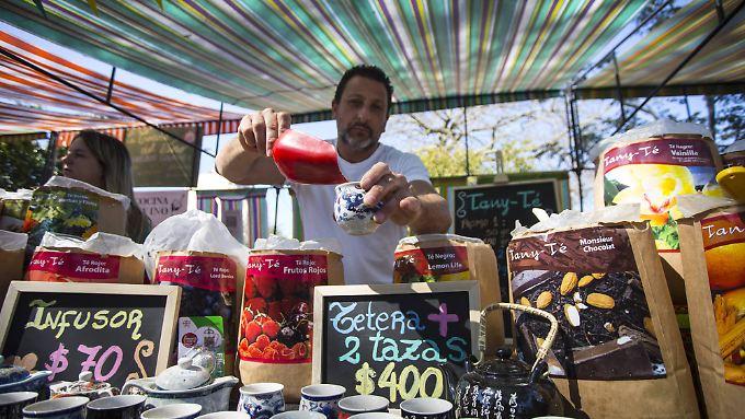 Teehändler auf einem Markt in Buenos Aires.