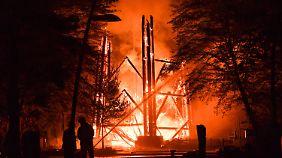 Die Feuerwehr ließ den Goetheturm kontrolliert abbrennen.