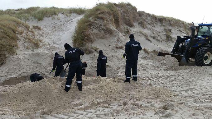 In Begleitung seines Anwalts zeigte der verdächtige Amrumer den Suchkräften den Ort der Leiche.